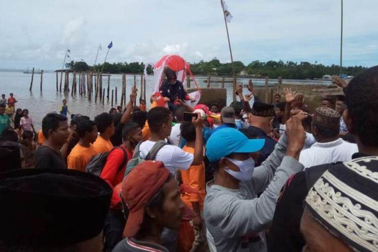 Calon Bupati Buru Selatan, Maluku, Safitri Malik Soulissa disambut ribuan pendukungnya dengan tandu saat hendak berkampanye di Kecamatan Ambalau, Kamis  (8/10/2020) pekan kemarin.