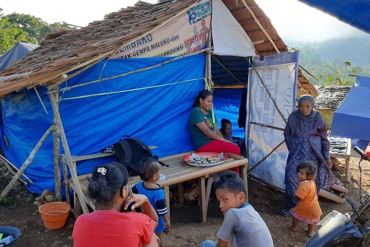 Para pengungsi di Desa Liang Kecamatan Salahutu, Kabupaten Maluku Tengah salin bercengkrama tak di lokasi pengungsian, Rabu (13/11/2019)