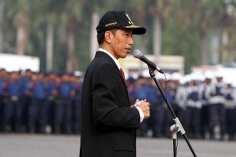 Gubernur DKI Jakarta, Joko Widodo, memimpin apel kesiagaan banjir di lapangan Monas Jakarta Pusat, Selasa (6/11/2012). Apel ini dilakukan untuk mengetahui kesiapan menghadapi banjir pada musim hujan tahun ini.