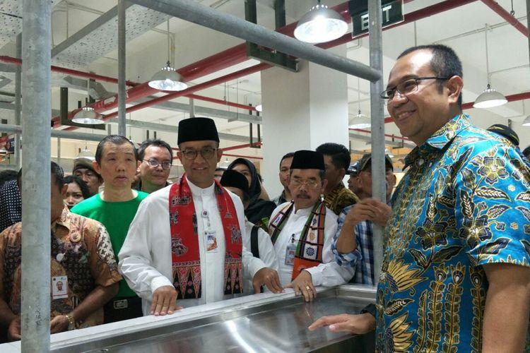 Gubernur DKI Jakarta Anies Baswedan saat meninjau Pasar Senen Blok III yang baru direnovasi, Jumat (29/12/2017).