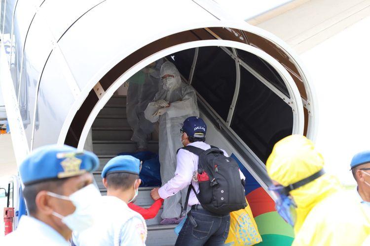 Turis China saat menaiki pesawat penerbangan ke Wuhan, China di Bandara Ngurah Rai, Bali, Sabtu (8/2/2020).