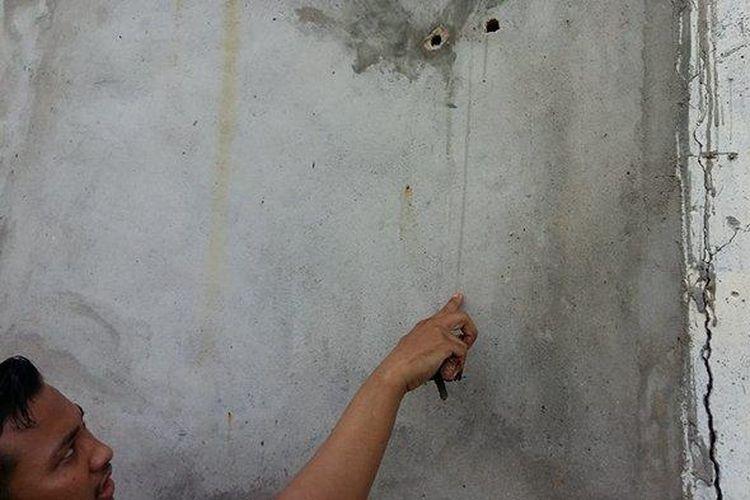 Dinding kamar mandi rutan dan alat yang digunakan untuk menjebol dinding