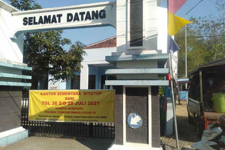 Kantor Dinas Tenaga Kerja dan Transmigrasi Kabupaten Grobogan, Jawa Tengah ditutup sementara menyusul beberapa pegawai positif Covid-19, Selasa (27/7/2021).