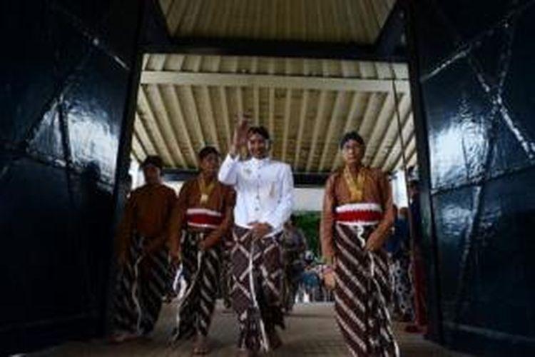 KPH Haryo Notonegoro menjalani prosesi nyantri di Gedong Sri Katon, Bangsal Kasatriyan, Keraton Yogyakarta, Senin (21/10). Prosesi nyantri ditampilkan secara simbolis satu hari sebelum pengantin pria mengucapkan ijab kabul di Masjid Panepen, Keraton Yogyakarta. Kedua calon mempelai KPH Notonegoro dan GKR Hayu juga menjalani prosesi siraman.