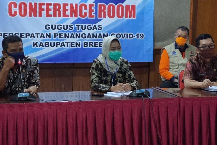 Bupati Brebes Idza Priyanti dan jajaran gugus tugas penanganan Covid-19 mengumumkan pasien positif pertama di Kabupaten Brebes, dalam konferensi pers di Kantor Bupati Brebes, Selasa (5/5/2020)