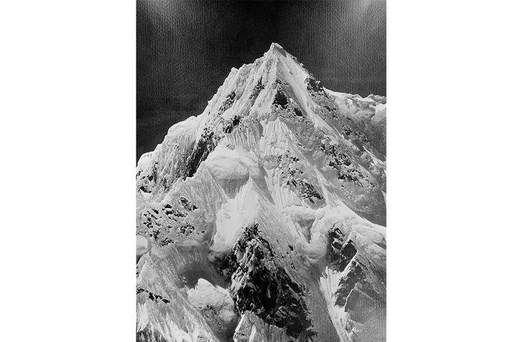 Himalaya pada tahun 1955. K2 adalah gunung tertinggi kedua di dunia (setelah Gunung Everest) dengan ketinggian puncak 8.611 meter. K2 adalah bagian dari segmen Karakoram dari jajaran Himalaya, dan terletak di Area Utara Pakistan, di perbatasan antara Pakistan dan Cina. Pendaki gunung Italia Achille Compagnoni dan Lino Lacedelli adalah orang pertama yang mencapai puncak K2 pada 31 Juli 1954