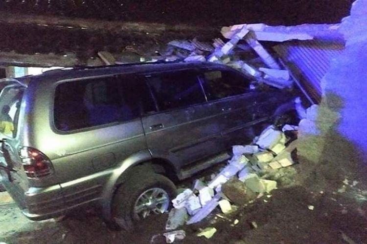 Mobil Isuzu Panther bernopol L 1476 GK yang dikemudikan oknum kepolisian, Iptu SY menghantam rumah warga di Desa Bangunrejo, Kecamatan Pamotan, Kabupaten Rembang, Jawa Tengah, Senin (25/5/2020) malam.(DOKUMEN WARGA)