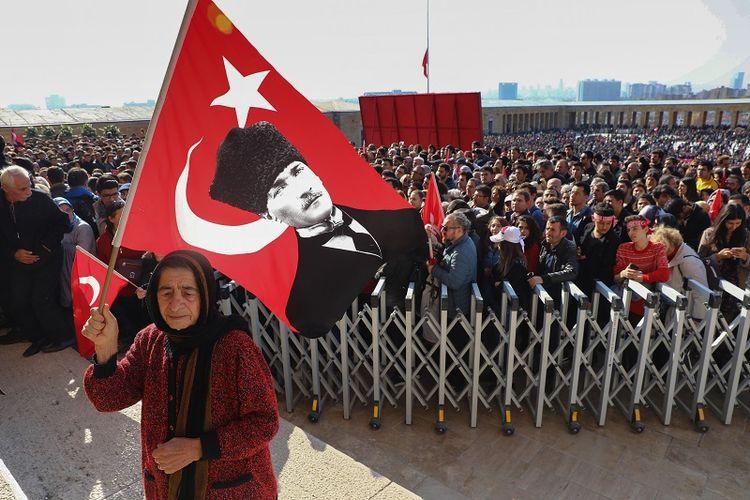 Rakyat Turki berkumpul di Anitkabir, musoleum Mustafa Kemal Ataturk, di Ankara, Sabtu (10/11/2018), memperingati 80 tahun wafatnya sang pendiri Republik Turki itu.