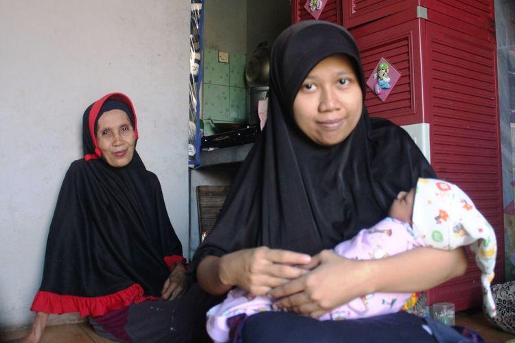 Riska (27), menggendong bayinya, yang baru berumur sepekan di rumahnya di Desa Rahong, Cianjur, Jawa Barat, Jumat (17/01/2020). Riska membayar biaya persalinan anak pertamanya itu menggunakan uang koin pecahan Rp1.000.