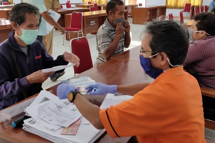 Penyaluran bantuan sosial tunai Kementerian Sosial RI di Kalurahan Sendangsari, Kulon Progo, Daerah Istimewa Yogyakarta.