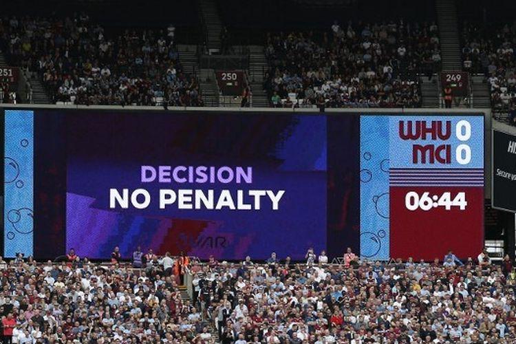 Video alat bantu wasit (VAR) digunakan pada laga West Ham United vs Manchester City di Stadion London, 10 Agustus 2019.