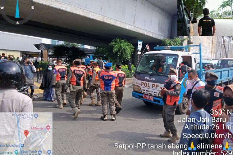 Satuan Polisi Pamong Praja menertibkan sejumlah pedagang kaki lima (PKL) yang berjualan di trotoar kawasan Pasar Tanah Abang, Jakarta Pusat, Senin (8/3/2021). Sebanyak 30 PKL ditindak oleh petugas.