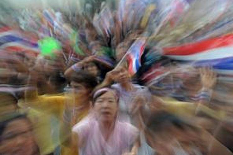 Para pengunjuk rasa anti pemerintah mulai berkumpul di Kompleks Pemerintahan di Bangkok, Minggu (8/12/2013) jelang protes akbar Senin.