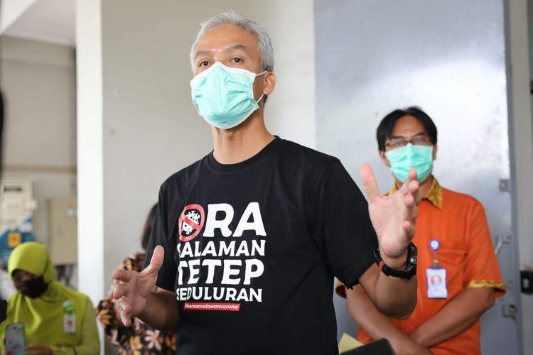Gubernur Jawa Tengah Ganjar Pranowo saat meninjau alat rapid test di gudang Dinas Kesehatan Jawa Tengah, Jumat (27/3/2020).