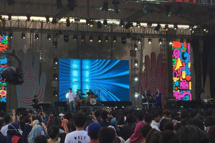 Kahitna tampil pada hari ketiga Syncronize Fest 2017 di Gambir Expo Kemayoran, Jakarta, Minggu (8/10/2017).