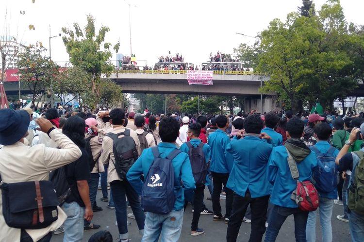 Mahasiswa teriaki massa di atas flyover Ladokgi, Jakarta Pusat  dengan seruan Hati-hati provokasi, Selasa (1/10/2019).
