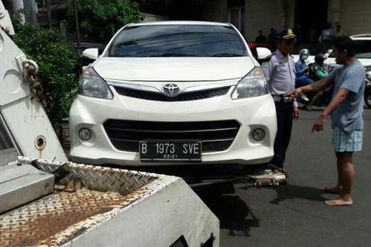 Warga Jalan Widya Chandra VII, Kebayoran Baru, Jakarta Selatan, mengamuk lantaran mobilnya diderek Suku Dinas Perhubungan DKI Jakarta pada Selasa (7/3/2017).