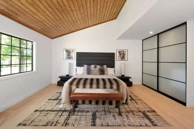 Jennifer Lopez baru saja membeli rumah seharga 1,4 Juta Dollar AS di Encino, Los Angeles.
