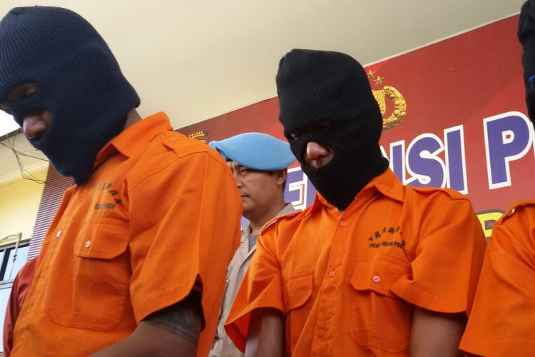 Tiga dari 5 perampok diamankan Reskrim Polres Kulon Progo, DIY. Mereka komplotan yang berasal dari Palembang spesial merampok di luar pulau. Salah satu korbannya adalah warga Wates, Kulon Progo.