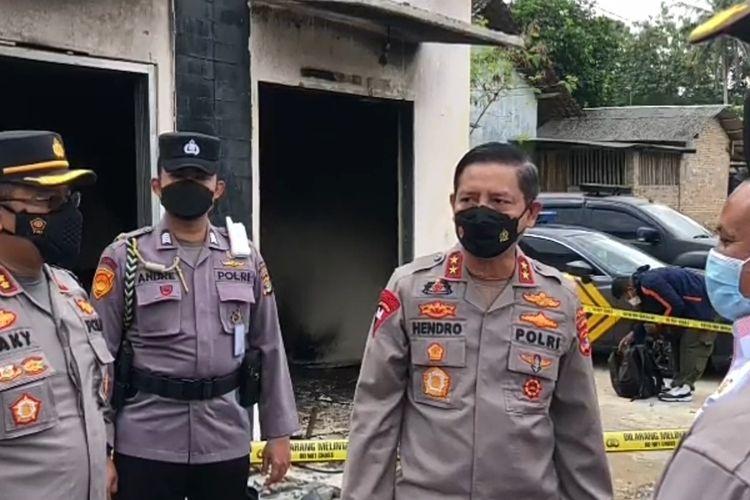 Kapolda Lampung Irjen Hendro Sugianto saat meninjau Mapolsek Candipuro yang dibakar massa gegara dianggap tak becus tangani kasus begal.