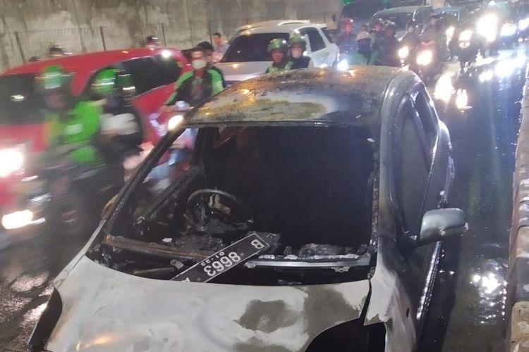 Mobil yang terbakar di depan Puskesmas Cengkareng, Jakarta Barat, Senin (28/10/2019) malam