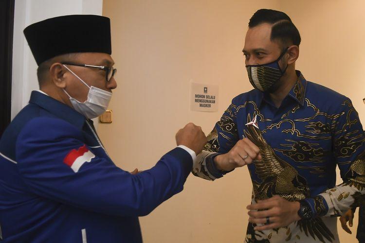 Ketua Umum PAN Zulkifli Hasan (kiri) melakukan salam dengan Ketua Umum Partai Demokrat Agus Harimurti Yudhoyono (kanan) saat melakukan pertemuan di kantor DPP PAN, Jakarta, Rabu (29/7/2020). Pertemuan tersebut membahas sejumlah isu nasional termasuk pembahasan rencana koalisi pada Pilkada 2020. ANTARA FOTO/Muhammad Adimaja/aww.