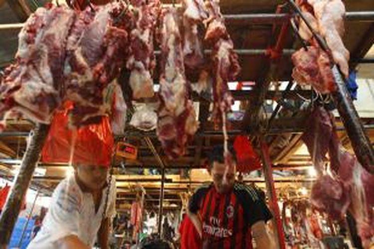 Pedagang daging melayani pembeli di Pasar Senen, Jakarta, Senin (15/6/2015). Jelang Ramadhan, harga beberapa kebutuhan pokok mulai merangkak naik, mulai dari harga cabai, daging ayam dan daging sapi.