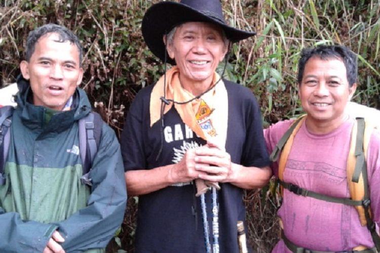 Herman lantang (tengah) di Gunung Semeru, Jawa Timur, bersama anggota Mapala UI.