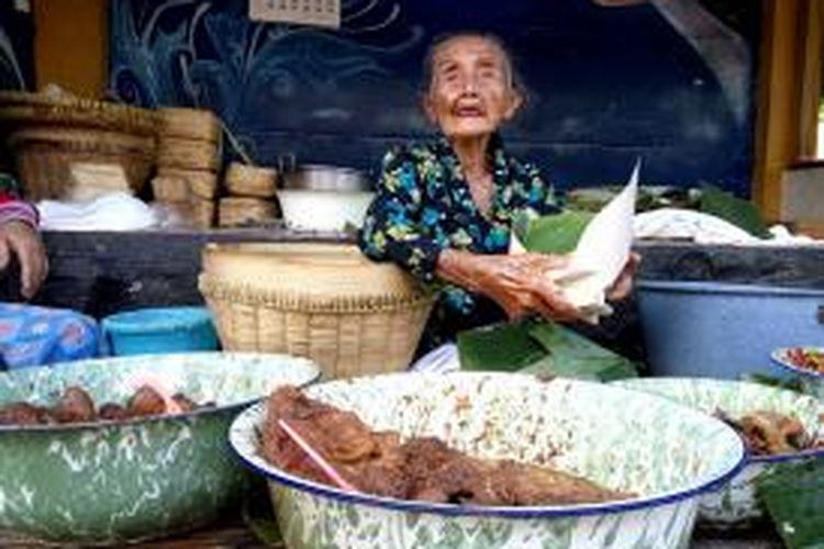 Setya Utomo atau dikenal mbah Lindu saat berjualan Gudeg di jalan Sosrowijayan Kota Yogyakarta