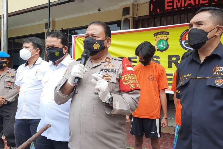 Kapolsek Kebon Jeruk Kompol Robinson Manurung dalam konferensi pers pengungkapan pengeroyokan di Mapolsek Kebon Jeruk, pada Senin (15/3/2021).