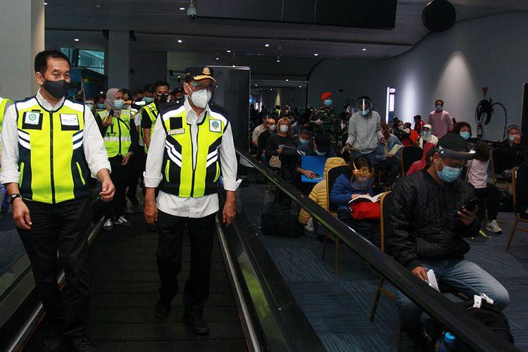 Menteri Perhubungan Budi Karya Sumadi (kedua kiri) didampingi Direktur Utama Angkasa Pura II Muhammad Awaluddin (kiri) meninjau langsung arus balik libur panjang di Terminal 3 Bandara Soekarno Hatta, Tangerang, Banten, Minggu (1/11/2020). Menhub memberikan apresiasi kepada Angkasa Pura II selaku pengelola Bandara Soekarno Hatta dan petugas Kantor Kesehatan Pelabuhan (KKP) Soekarno Hatta dan pihak terkait dalam melayani penumpang pesawat saat libur panjang di masa pandemi Covid-19.