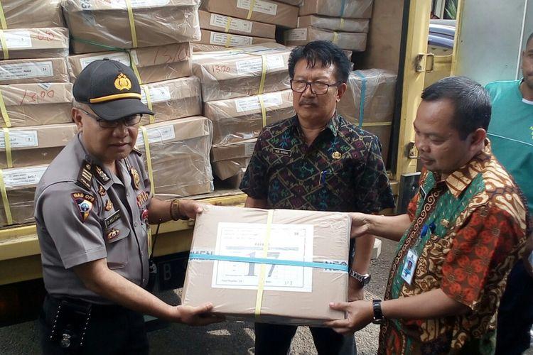 Soal UN SMP untuk Kabupaten Garut diserahterimakan kepada Sekretaris Dinas pendidikan Kabupaten Garut begitu tiba di kantor Dinas Pendidikan Garut