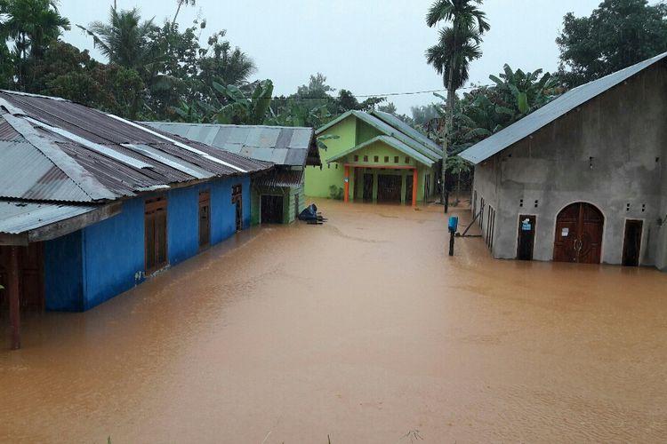 Puluhan Rumah di Jalan Sungai Wanggu Kendari terendam banjir. ( KIKI ANDI PATI/KOMPAS.COM)