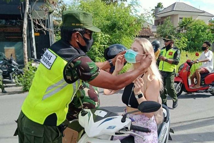 Suasana razia masker yang dilakukan Satpol Kabupaten Badung di Badung, Bali.