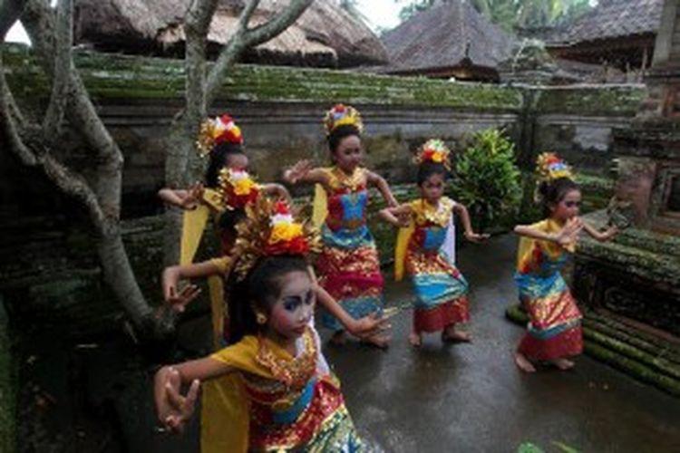 Siswi sekolah dasar berlatih menari di sela-sela acara pemberian beasiswa secara simbolik oleh Bank International Indonesia di Wantilan Kertayasa, Desa Bona, Kecamatan Belahbatu, Gianyar, Bali, Sabtu (15/6/2013).