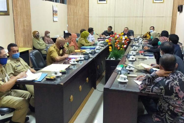 Delapan kepala OPD di lingkungan Pemkab Jember saat menghadiri undangan DPRD Jember Senin (5/10/2020)