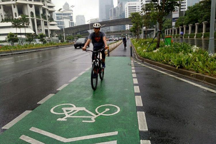 Pesepeda mountain bike melintasi jalur sepeda permanen di sepanjang Jalan Sudirman-Thamrin, Jakarta, Sabtu (19/6/2021) pagi.