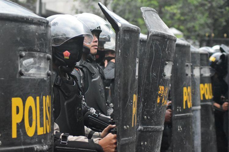 Petugas tampak bersiap menghalau aksi anarkisme yang dilakukan pendemo tolak UU Cipta Kerja di Kota Bandung. aksi demo diwarnai kericuhan dan lemparan batu, Kamis (8/10/2020).