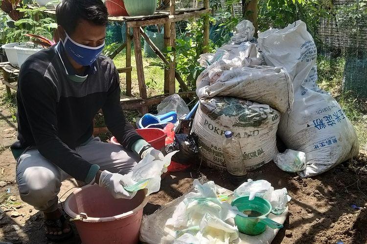 Irwan Budiyanto, seorang petani muda asal Desa Sambirejo, Kecamatan Geger, Kabupaten Madiun mempraktekkan pemanfaatan popok bayi bekas diubah menjadi media tanam yang hemat pupuk dan irit air.