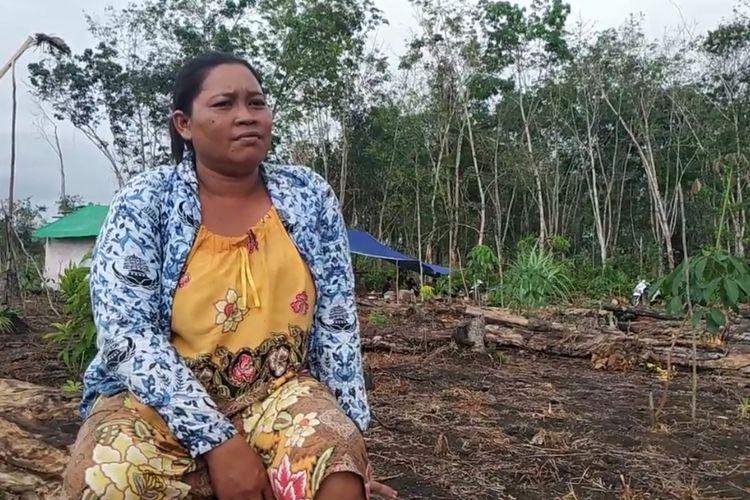 Peladang perempuan di Kampung Ongko Asa, Kutai Barat, Kaltim bernama Isminah saat masa tanam padi di ladang miliknya, September 2020.