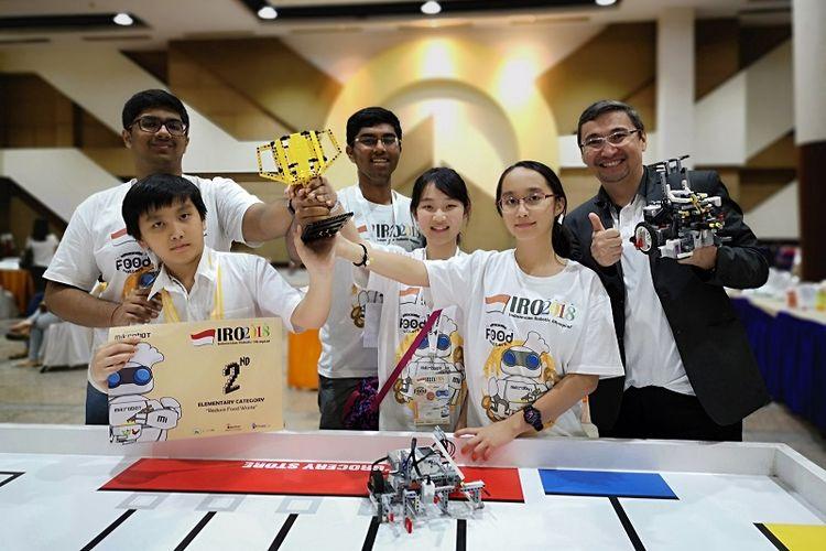 Siswa-siswi SWA saat sedang mengikuti Indonesian Robotic Olympiad di Surabaya.