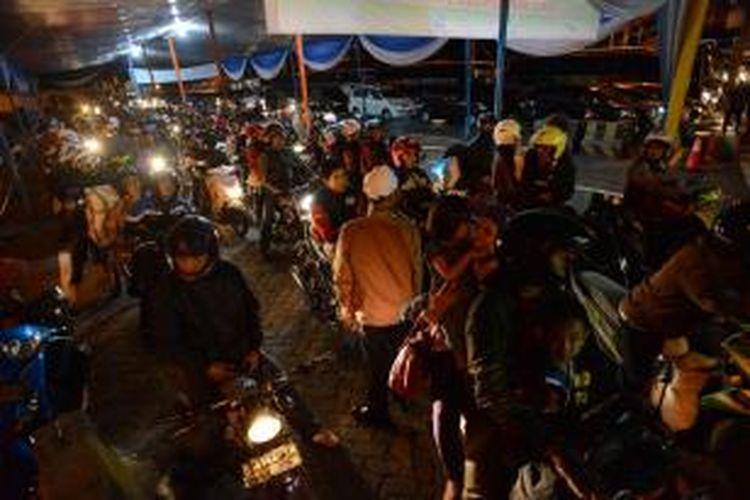 Pemudik bersepeda motor menunggu giliran menaiki kapal feri di Pelabuhan Bakauheni, Lampung, Sabtu (10/8/2013). Hingga pukul 17.30, terdapat 34.963 penumpang dan 8.071 kendaraan yang menyeberang dari pelabuhan itu. Arus balik pemudik di pelabuhan tersebut mulai berlangsung dan diperkirakan mencapai puncaknya pada hari ini.