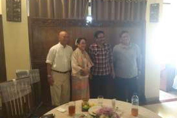 Calon wakil gubernur DKI Jakarta Djarot Saiful Hidayat makan siang bersama putri Presiden pertama Indonesia, Sukmawati Soekarnoputri di Joglo at Kemang, Jakarta Selatan, Selasa (15/11/2016).