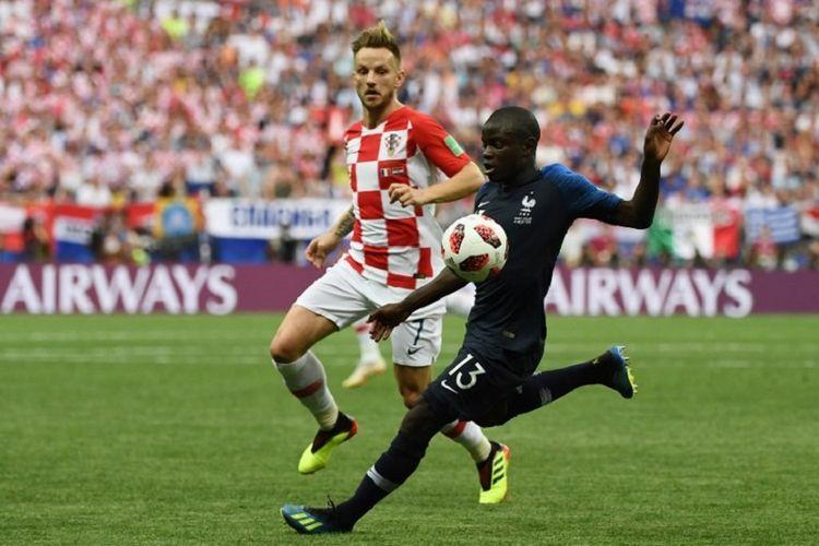 Ivan Rakitic membayang-bayangi NGolo Kante dalam pertandingan Perancis vs Kroasia pada final Piala Dunia 2018 di Stadion Luzhniki, 15 Juli 2018.