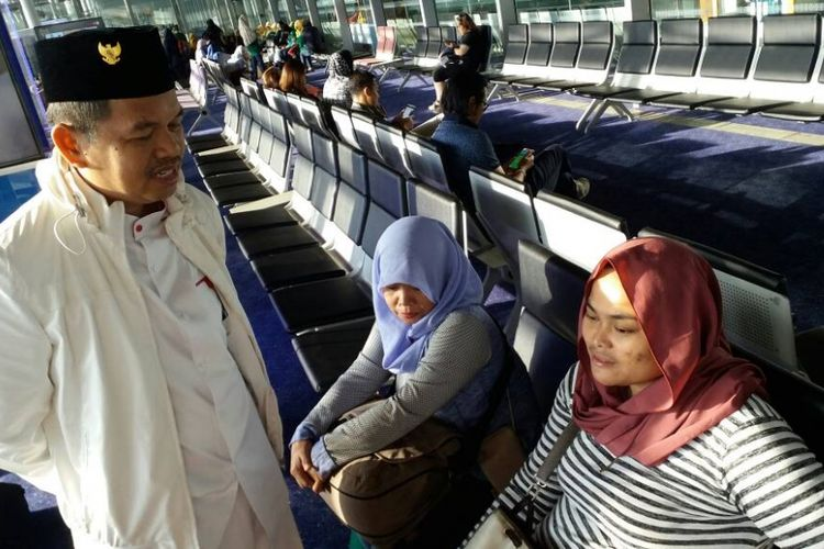 Bupati Purwakarta Dedi Mulyadi saat akan membawa pulang TKW ilegal asal Karawang dan Purwakarta yang ditahan Keimigrasian Malaysia di Bandara Kuala Lumpur, Sabtu (29/4/2017).