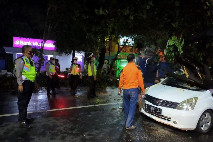 Kejadian pohon tumbang yang menimpa sebuah mobil di Jalan Lamongrejo, Lamongan, Minggu (29/11/2020) malam.