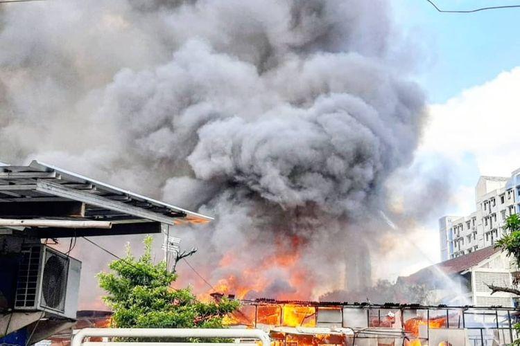 Kebakaran terjadi di kawasan Benhil, Jakarta Pusat, Selasa (8/12/2020) sore. Api melahap hunian di Jalan Pengeringan I, Bendungan Hilir, Tanah Abang, Jakarta Pusat.