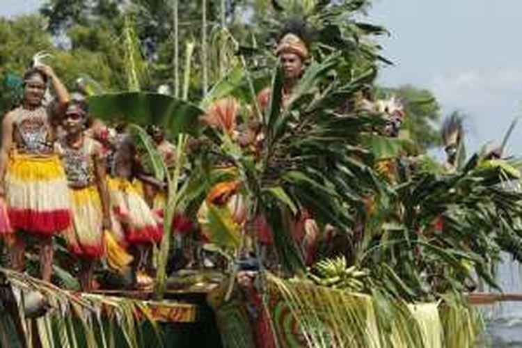 Para peserta tari Isolo atau Isosolo, saat menuju panggung menggunakan perahu pada acara Festival Danau Sentani 2016 di Kabupaten Jayapura, Papua, Senin (20/6/2016). Tari Isolo selalu dibawakan dalam FDS 2016 yang mengisahkan hubungan kerukunan antar suku dengan membawa hasil bumi.
