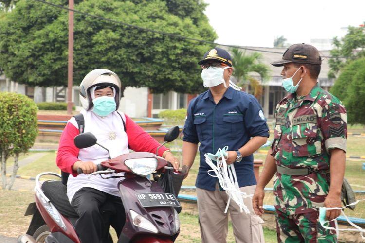 Kabut asap yang ditimbulkan karena kebakaran hutan dan lahan mengakibatkan penerbangan lokal di Kepulquan Riau, tujuan Dabo Singkep, Lingga-Tanjungbalai Karimun, Karimun batal diberangkatkan. Personil Polres Lingga dan Dinas Kesehatan juga telah membagikan masket terkait kabut asap saat ini.