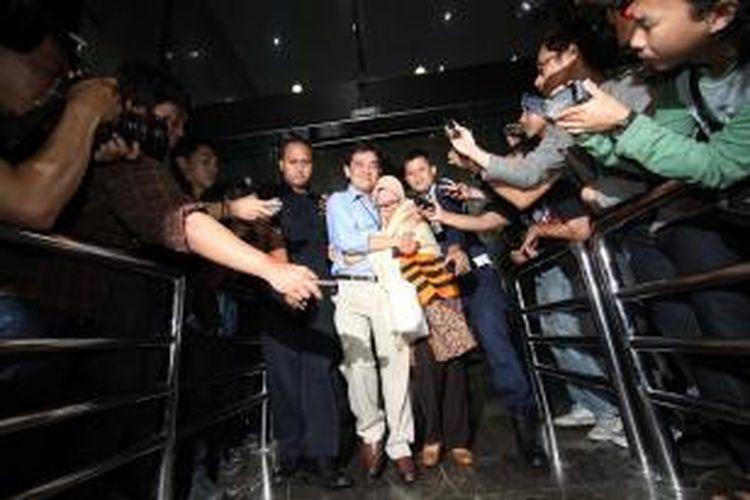 Anggota DPR RI dari Fraksi Golkar Chairunnisa (tengah) dipeluk keluarganya saat ditahan Komisi Pemberantasan Korupsi usai menjalani pemeriksaan di Gedung KPK, Jakarta, Kamis (3/10/2013). Chairunnisa bersama Ketua MK Akil Mochtar telah ditetapkan KPK sebagai tersangka, keduanya diduga terlibat dalam suap pengurusan sengketa pilkada Gunung Mas Kalimantan Tengah.